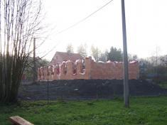 A už vyrůstají zdi